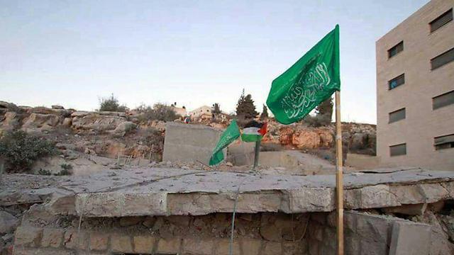 דגל חמאס נותר עומד לאחר הריסת בית מחבל ()