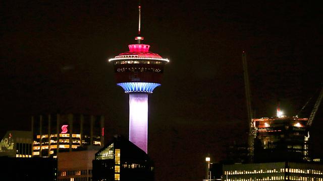 מגדל קלגרי בקנדה מואר (צילום: AP) (צילום: AP)