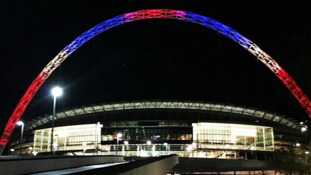אצטדיון וומבלי בצבעי כחול, אדום ולבן  (צילם: מתוך טוויטר) (צילם: מתוך טוויטר)