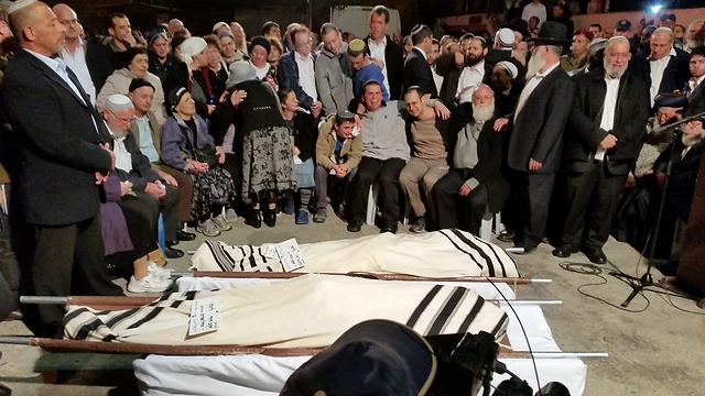 Rabbi Litman and his son Netanel laid to rest (Photo: Eli Mendelbaum)