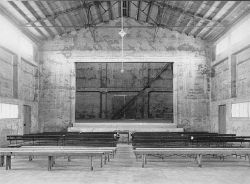 הבמה נבנתה בשיפוע קל ביחס לספסלי העץ (באדיבות ארכיון מושב נהלל)