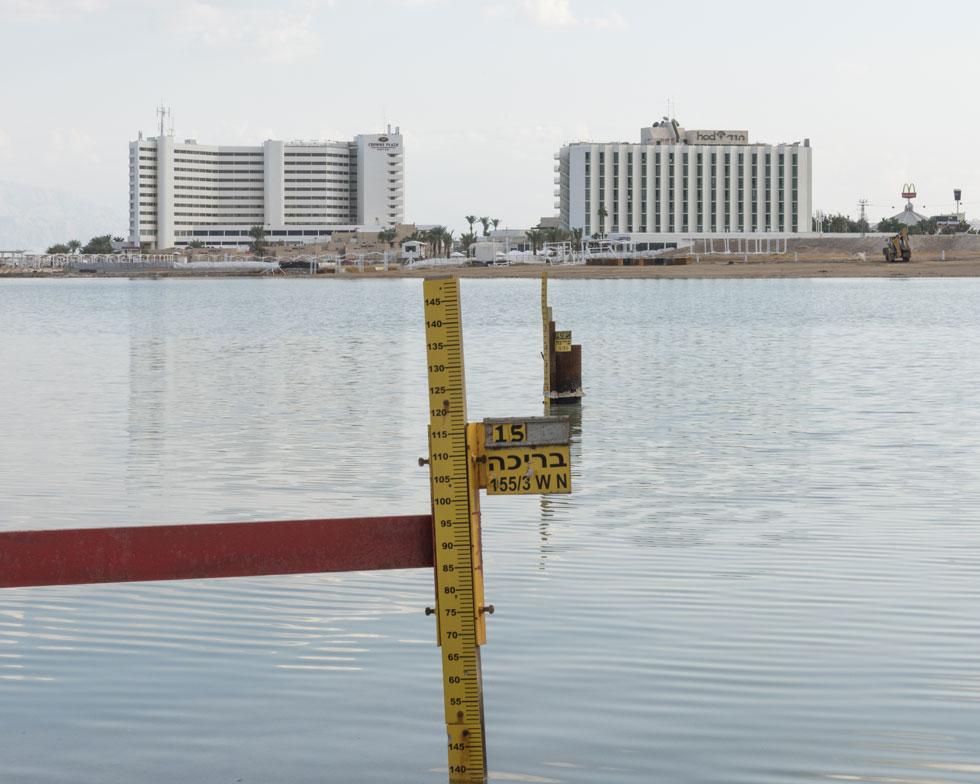 אם בצפון ים המלח יש בולענים, הרי שכאן שולט האינטרס הכלכלי של מפעלי ים המלח. קציר המלח אמור להגן על בתי המלון (צילום: אלי סינגלובסקי)