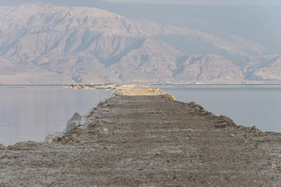 סוללות העפר של בריכות האידוי, שכבר מזמן אינן ים המלח הטבעי, הן מכשול נופי. האדריכלים הצליחו לטשטש אותן (צילום: אלי סינגלובסקי)
