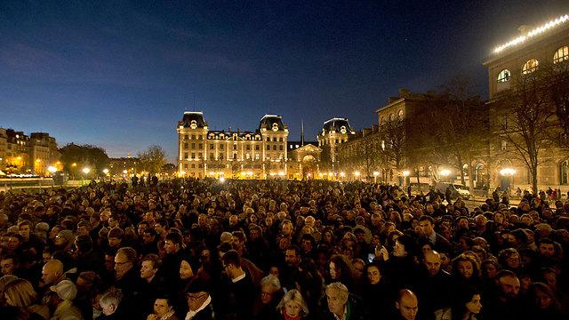 עצרת הזדהות עם הקורבנות בכנסיית נוטרדאם בפריז (צילום: AP) (צילום: AP)