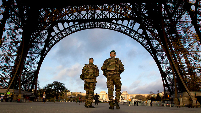 חיילים במגדל אייפל בפריז (צילום: AP) (צילום: AP)