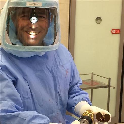"""ד""""ר דוד רותם במהלך הניתוח (צילום: המרכז הרפואי זיו) (צילום: המרכז הרפואי זיו)"""