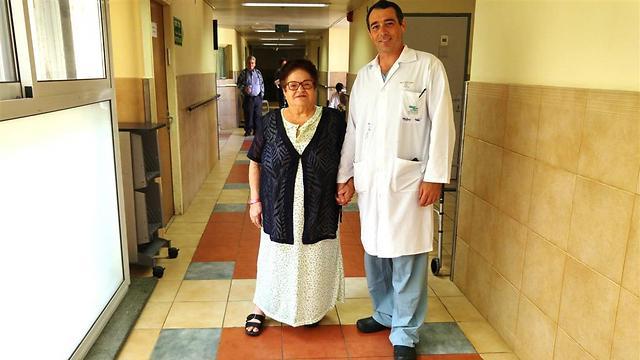 """ד""""ר דוד רותם עם אילנה סביר. הצליחה ללכת יום לאחר הניתוח (צילום: המרכז הרפואי זיו) (צילום: המרכז הרפואי זיו)"""