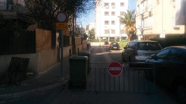 מחסום ושלט. הרחוב נסגר בשבתות