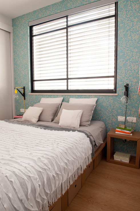 חדר ההורים עם רהיטי קרטון של e-gami  (צילום: גלית דויטש)