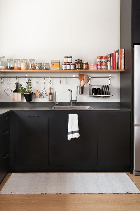 מדף מעל הארונות, שמתגבהים בהמשך הקיר סביב המקרר (צילום: גלית דויטש)