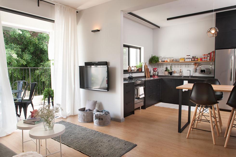 שטח הדירה 75 מ''ר, כולל המרפסת. למרות הפיתוי לבטל אותה בשיפוץ ולהוסיף את שטחה לסלון הקטן, החליטו בני הבית לשמור אותה פתוחה לרחוב (צילום: גלית דויטש)