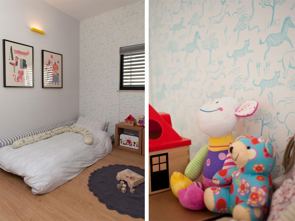 בחדרו של התינוק טפט תכול עם הדפסי חיות, ומנורת קיר זהה לאחרות שברחבי הדירה - רק בצהוב (צילום: גלית דויטש)