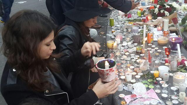 מניחים נר זיכרון בכיכר הרפובליקה (צילום: איתי בלומנטל) (צילום: איתי בלומנטל)