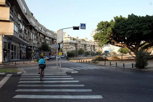 בשלוש מהכניסות הראשיות לכיכר (ז'בוטינסקי ווייצמן) תהיה כניסה לחניונים גדולים של הבניינים (צילום: יריב כץ)