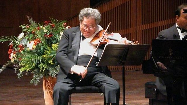 Perlman performing with the Israeli Philharmonic (Photo: Dan Porgas)
