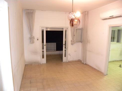 הדירה לפני השיפוץ. הפתחים הורחבו (צילום: פנינית שרת אזולאי)
