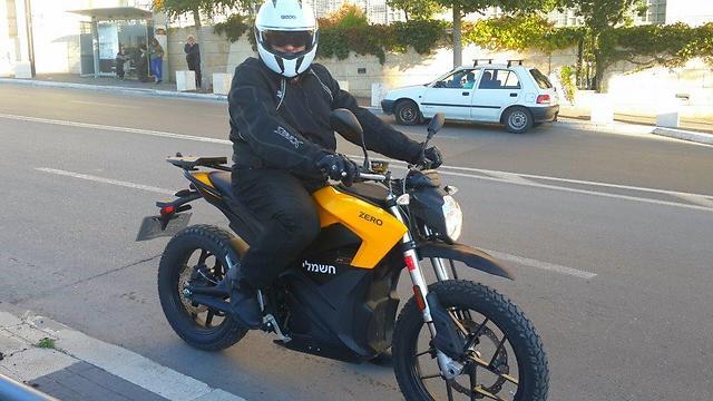 """המדען הראשי של משרד התחבורה, ד""""ר שי סופר, והאופנוע החשמלי (צילום: משרד התחבורה) (צילום: משרד התחבורה)"""