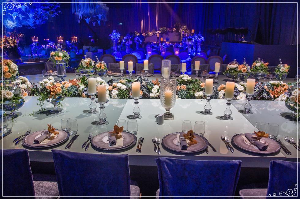 שולחן המשפחה נבנה בצורת אליפסה ובמרכזו ערוגת פרחים בגוני לבן
