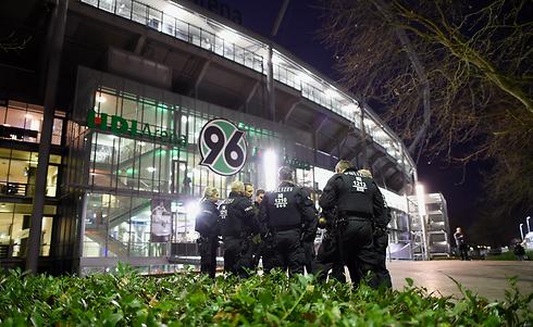 שוטרים מחוץ לאצטדיון בהאנובר (צילום: gettyimages) (צילום: gettyimages)