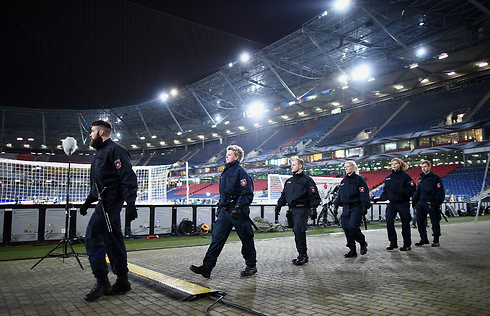 שוטרים מסיירים באצטדיון (צילום: gettyimages) (צילום: gettyimages)