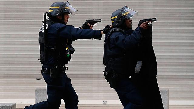 כוחות ביטחון צרפתים בשכונת סן דני, היום (צילום: AP) (צילום: AP)