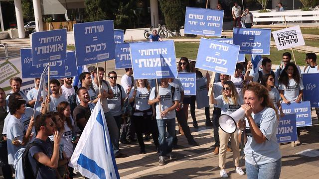 מפגינים בעד שוויון בנטל באוניברסיטת תל אביב (צילום: מוטי קמחי) (צילום: מוטי קמחי)