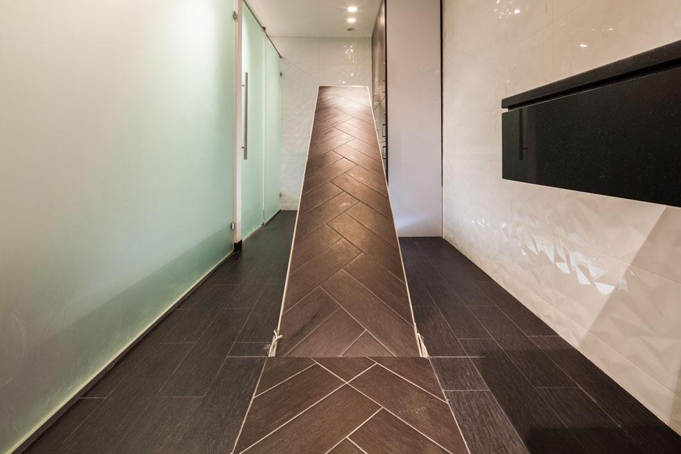 רצפת העץ בבניין המשרדים מתרוממת בלחיצת כפתור, ואפשר לרדת למקווה הפרטי (צילום: טל ניסים)