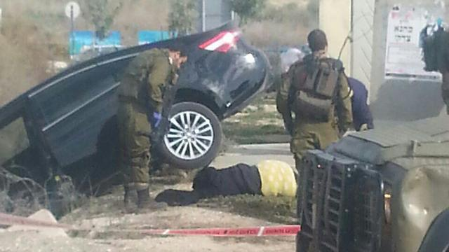 Gershon Mesika's car after running over the terrorist (Photo: Moshe Shimon)
