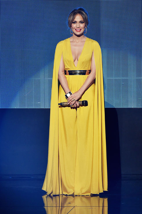 אופנתית, אבל גם סקסית. ג'ניפר לופז בשמלה של מיכאל קוסטלו (צילום: gettyimages)