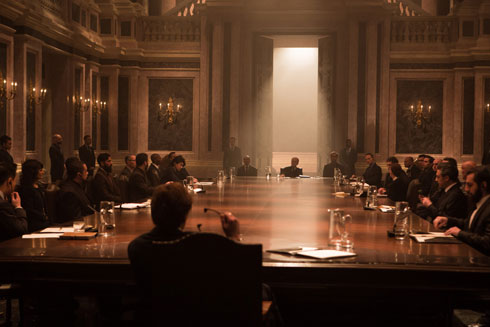 בסרט: ישיבה בארמון ברומא שאחריה יוצא בונד למרדף מכוניות