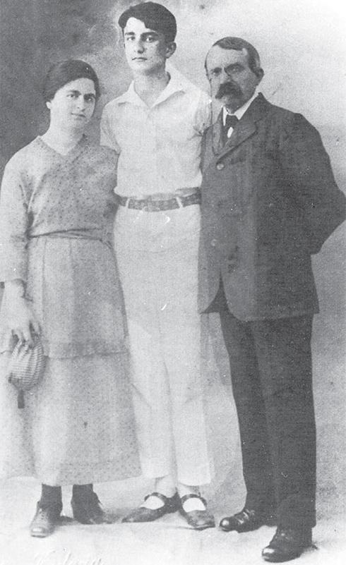 ברדיצ'בסקי עם אשתו רחל ובנו עמנואל. 1921 ()