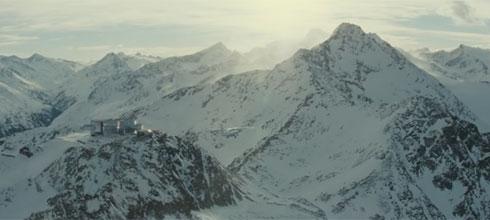 בסרט: בקוביית הזכוכית שמצד שמאל של התמונה בונד מקבל כוס מיץ טבעי (צילום: Sony Pictures Releasing UK, מתוך youtube.com)