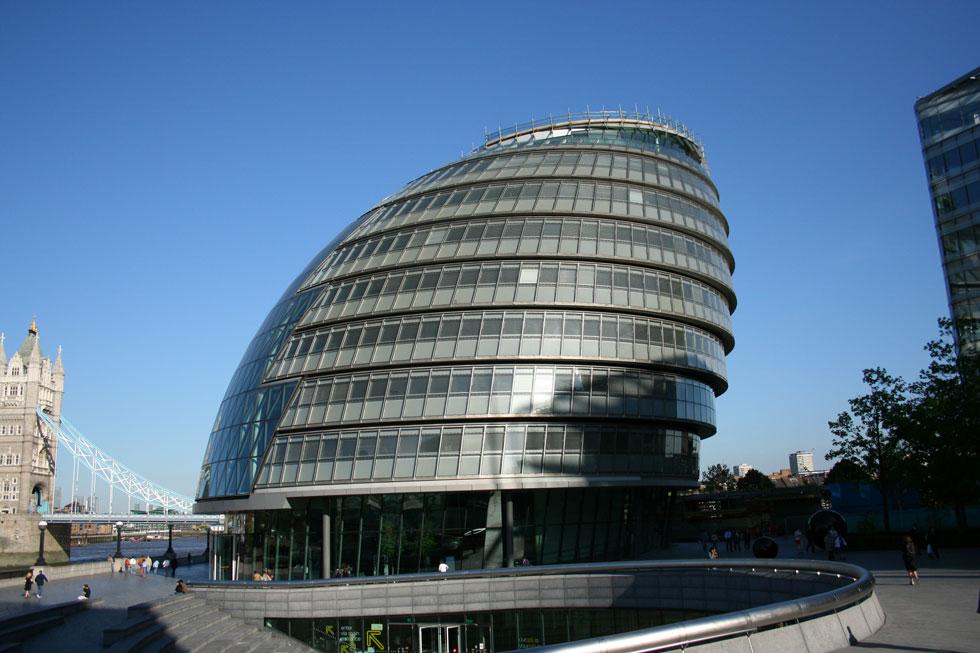 בניין עיריית לונדון, שתכנן נורמן פוסטר, מוצג בסרט כמפקדה של כוחות הביון המיוחדים הבריטיים (צילום: Merlin-UK, cc)