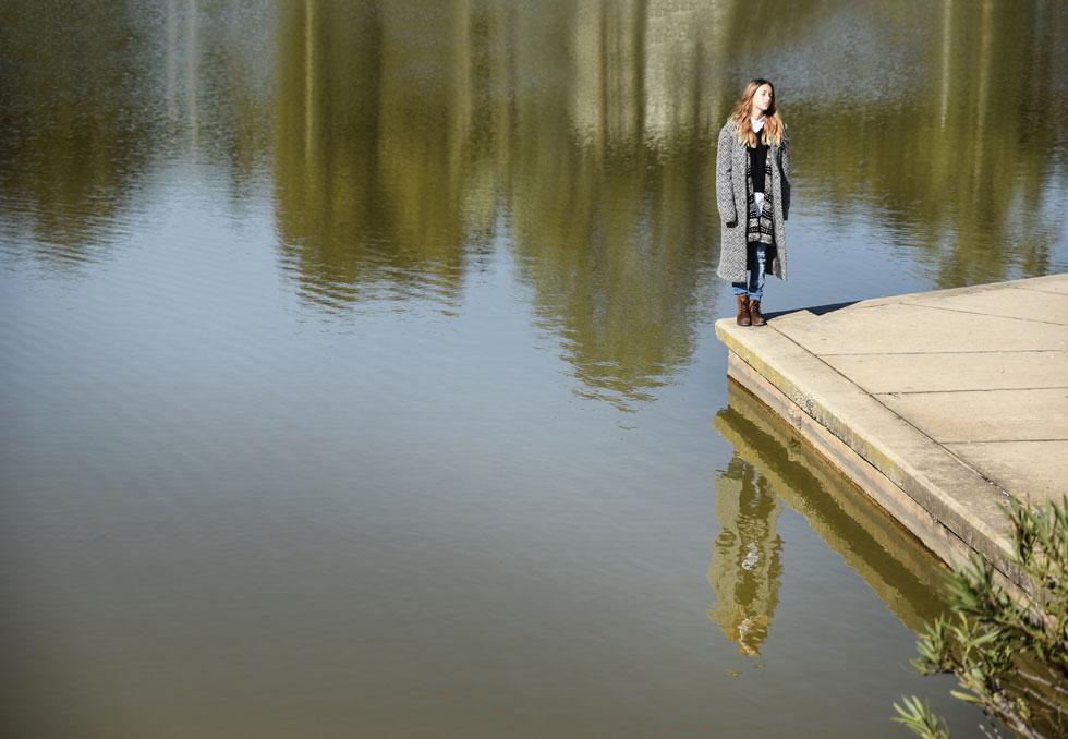 חולצה, אפודה ומעיל - גולף; קרדיגן, קוביקה; מכנסי ג'ינס, זארה; נעליים, קלארקס (צילום: מאיר כהן )
