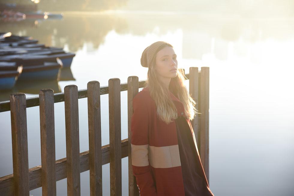 מעיל, שי שלום; שמלה, פול אנד בר; כובע, זארה (צילום: מאיר כהן )