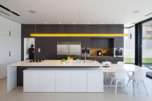 הדלת לשירותי האורחים נמצאת במישור ארונות המטבח הגבוהים (צילום: שי אפשטיין)