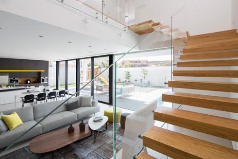 מדרגות ''מרחפות'' מובילות לקומת חדרי השינה (צילום: שי אפשטיין)