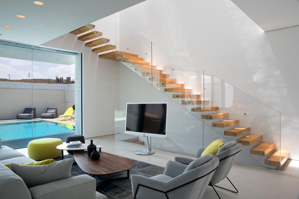 בקצה השני של הקומה, מול המטבח, תוכנן גרם המדרגות לקומת חדרי השינה (צילום: שי אפשטיין)