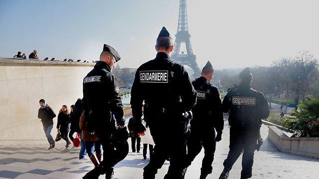שוטרים מאבטחים בפריז לאחר מתקפת הטרור (צילום: AP) (צילום: AP)