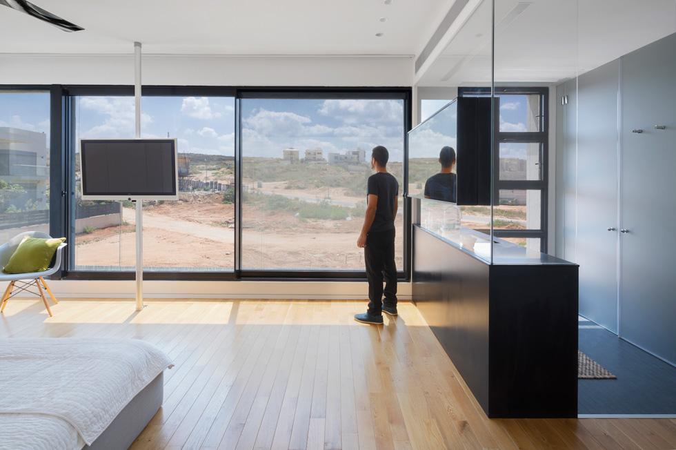 כשהווילון מוסט אפשר לראות את הנוף הפתוח והבתים הנבנים סביב (צילום: שי אפשטיין)