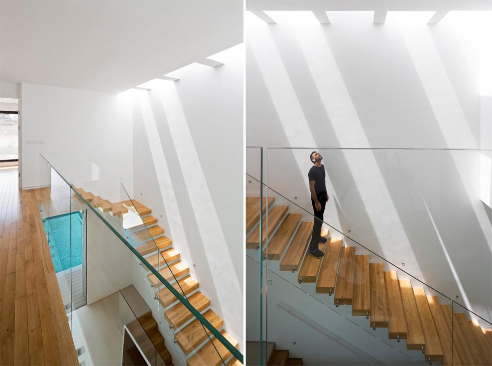 המדרגות ''מרחפות'' (כלומר מעוגנות בקיר), מוגנות במעקה זכוכית ומוארות באמצעות חלון סקיי-לייט. למעלה ארבעה חדרי שינה (צילום: שי אפשטיין)