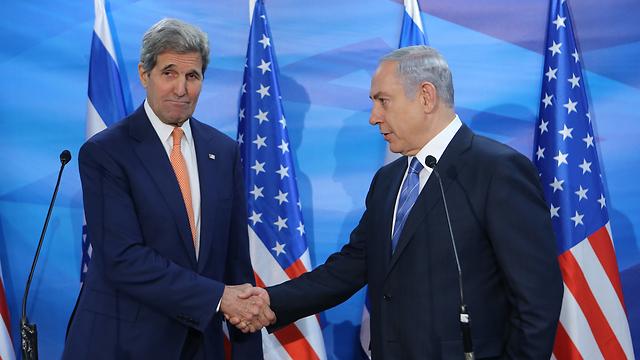 Kerry and Netanyahu before the metting (Photo: Alex Kolomowiski)