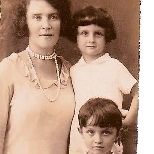 נתן שחם (מימין למעלה) עם אמו ורדה ואחיו דוד, 1929
