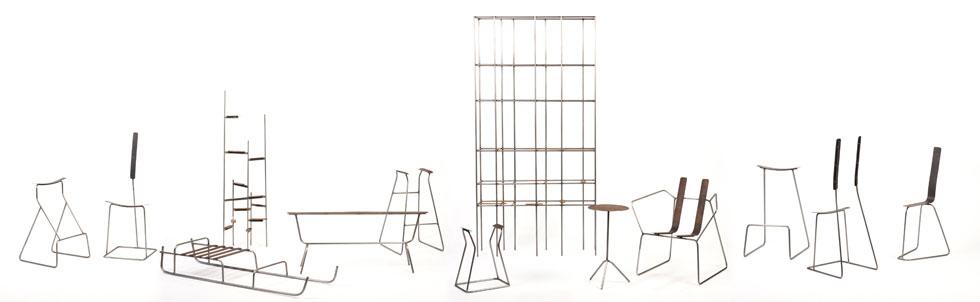 וזו ''סימני פיסוק'', סדרת רהיטים ממוטות ברזל עגולים ומשטחי פלדת קורטן שעיצב ניל ננר מתוך תפיסה מצמצמת, שמציגה את הרהיט כשהוא ללא ריפוד וצבע, רק עם המינימום ההכרחי לתמיכה (צילום: שחר פליישמן)
