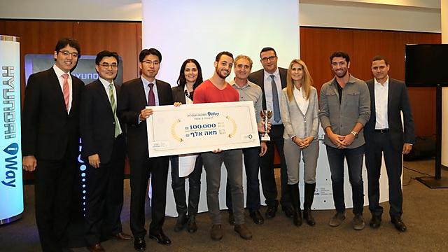 הזוכים במקום הראשון עם השופטים (צילום: סיון פרג')
