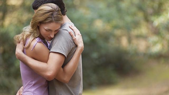 מפחית תחושת כאב אצל האישה. חיבוק (קרדיט: Shutterstck) (קרדיט: Shutterstck)