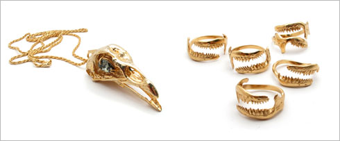 טבעת משוננת, 220 שקל; שרשרת עם תליון, 750 שקל  (צילום: אמיר קסוטו)