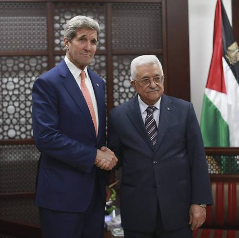 US Secretary of State John Kerry shake hands with Palestinian president Mahmoud Abbas upon his arrival to the West Bank city of Ramallah, 24 November 2015.