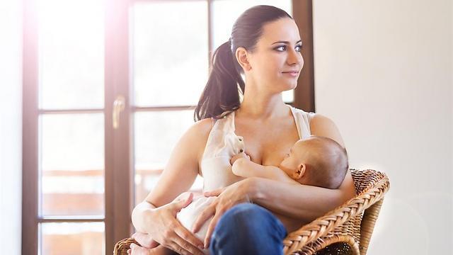 תזונה מחלב אם עד גיל שישה חודשים כוללת הגנה חיסונית משופרת ומרכיבים תזונתיים שמתאימים לגדילה והתפתחות  (צילום: shutterstock) (צילום: shutterstock)