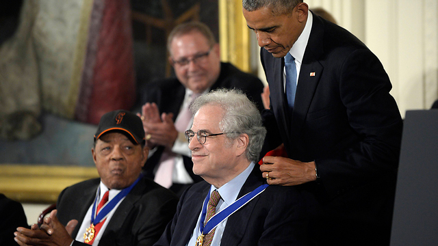 Perlman receiving the Presidential Medal of Freedom alongside Willie Mays (Photo: MCT)